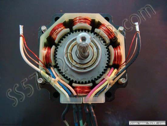 步进电机原理及使用说明 一、前言 步进电机是将电脉冲信号转变为角位移或线位移的开环控制元件。在非超载的情况下,电机的转速、停止的位置只取决于脉冲信号的频率和脉冲数,而不受负载变化的影响,即给电机加一个脉冲信号,电机则转过一个步距角。这一线性关系的存在,加上步进电机只有周期性的误差而无累积误差等特点。使得在速度、位置等控制领域用步进电机来控制变的非常的简单。 虽然步进电机已被广泛地应用,但步进电机并不能象普通的直流电机,交流电机在常规下使用。它必须由双环形脉冲信号、功率驱动电路等组成控制系统方可使用。因此用