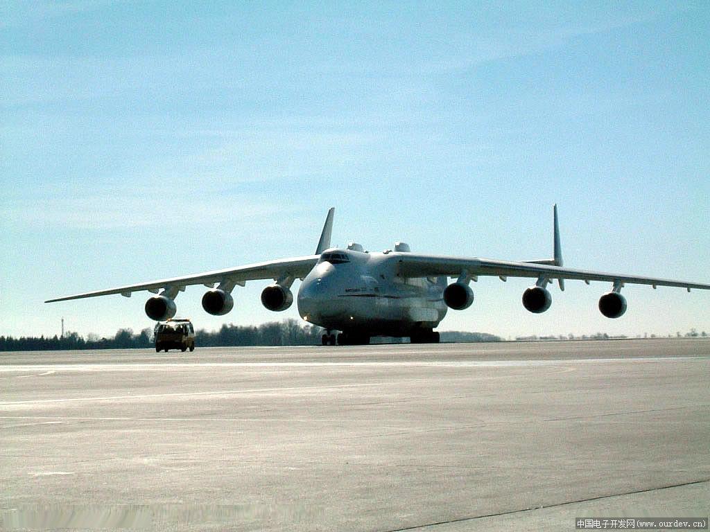 飞机和安225运输机